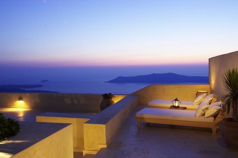 Hotel di lusso a santorini luxury for Arredamento hotel lusso